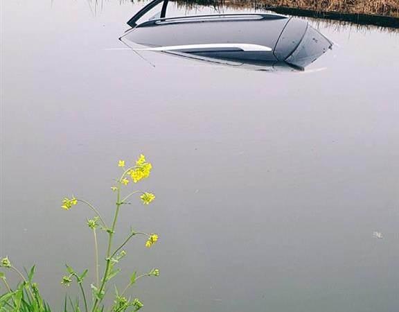 Auto te water aan de Katteweg in Oostvoorne