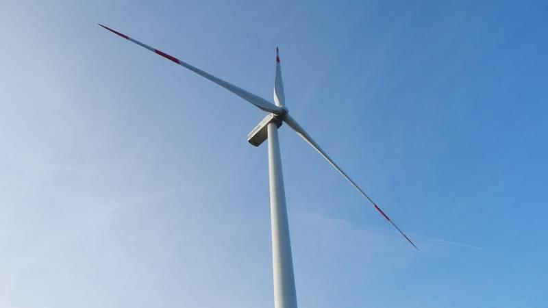 Drie windturbines langs Haringvlietdam