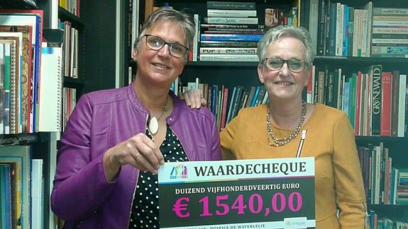'Boek met een Doel' doneert twee cheques