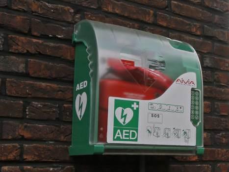 Nu ook AED bij bibliotheek De Boekenberg
