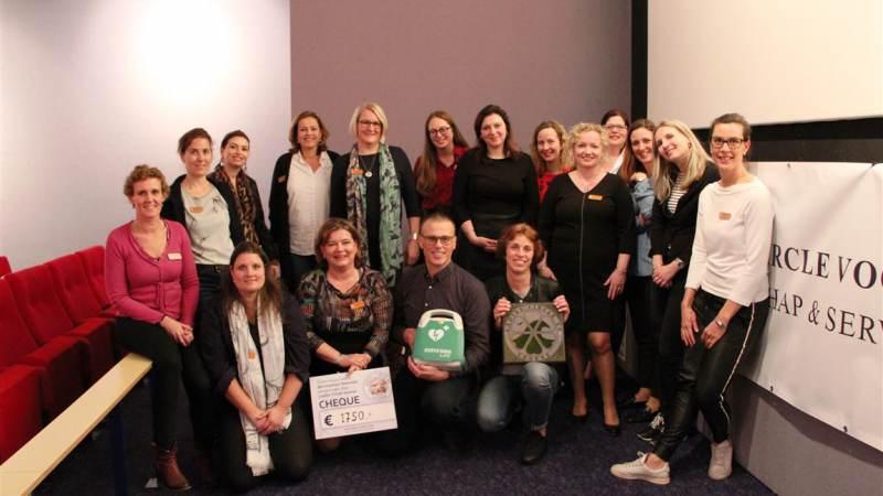 Bernissebad Heenvliet ontvangt cheque en AED