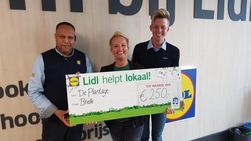 Iidl Brielle doneert 250 euro aan de Plantage