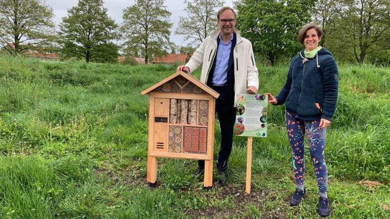 Wethouder Van der Kooi onthult nieuw bijenhotel
