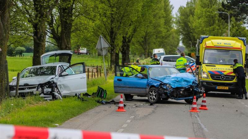 Twee auto's flink beschadigd na frontaal ongeluk