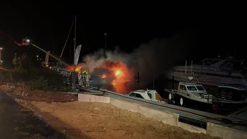 Meerdere schepen in brand aan de Veerweg