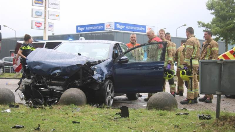 Automobilist bekneld na aanrijding