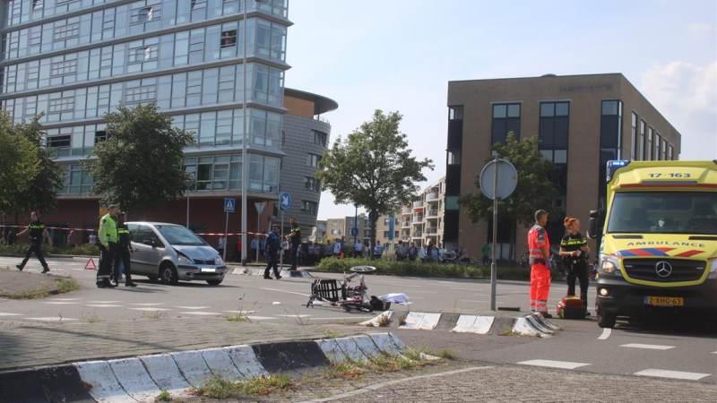 Driewieler geschept door auto in Spijkenisse