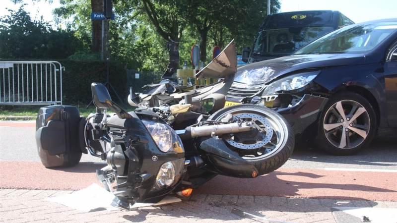Motorrijder gewond bij aanrijding met auto