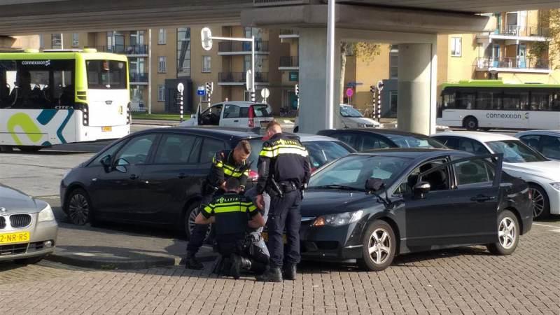 Man aangehouden na vondst vuurwapen in auto