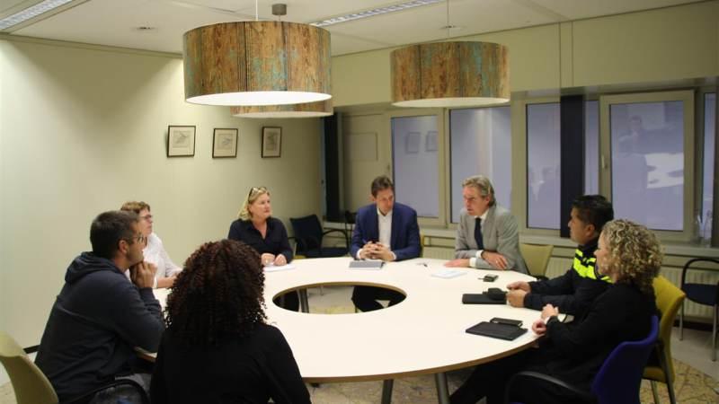 Bezorgde ouders in gesprek met burgemeester