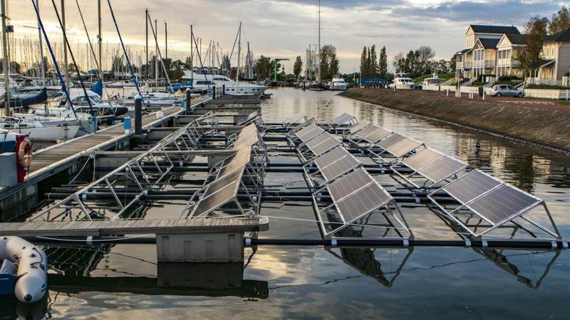 Drijvende zonnepanelen in de Heliushaven