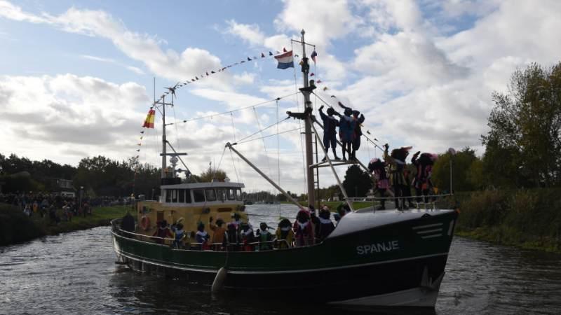 Zie ginds komt de Pietenboot...!