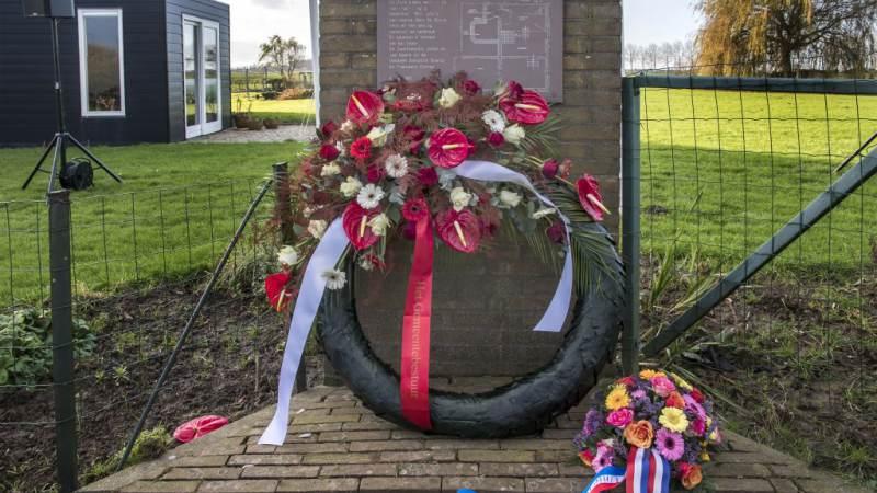 Kranslegging bij het monument in Zwartewaal