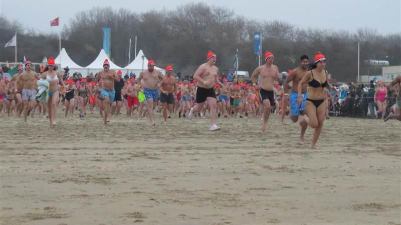 Ruim 700 deelnemers aan Nieuwjaarsduik Rockanje!