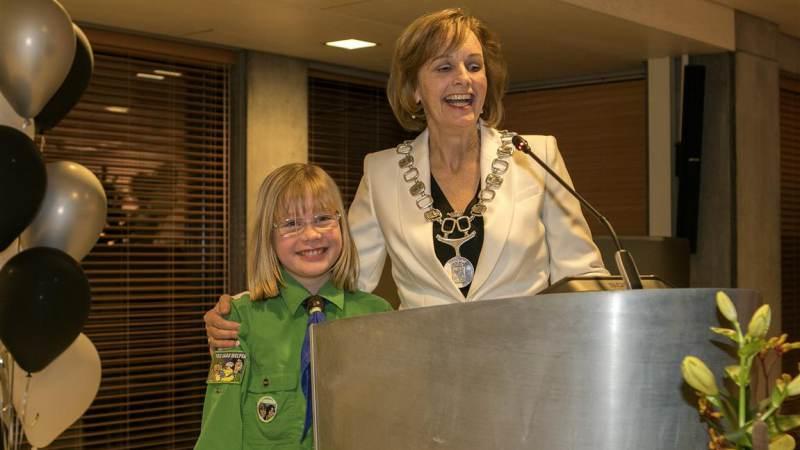 Achtjarige Inke uit Hellevoetsluis krijgt Jeugdlintje