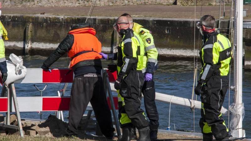 Politie haalt verwarde man van boot af