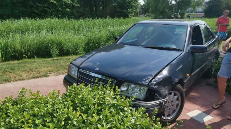 Bestuurder van Mercedes richt ravage aan