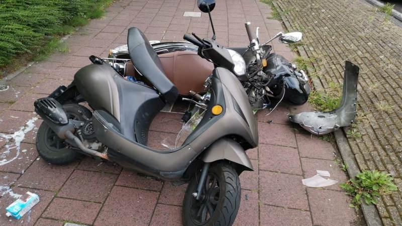 Frontale aanrijding tussen twee scooters