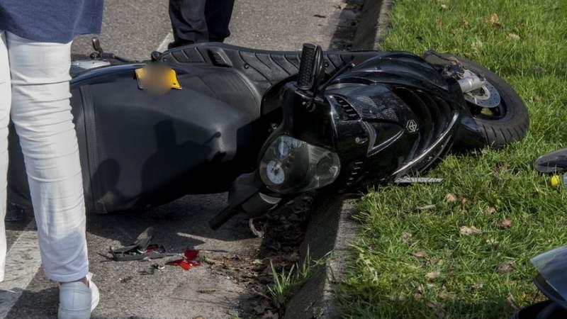 Auto botst op scooter op Amnesty Internationallaan