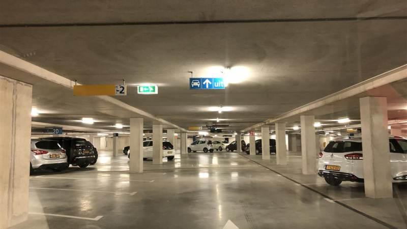 Plein bij stadhuis Spijkenisse opengebroken