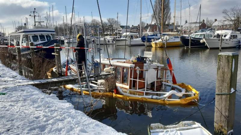 Bootje aan het Havenkanaal zakt weg na lekkage