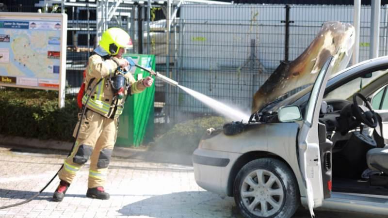Auto in de brand bij benzinestation