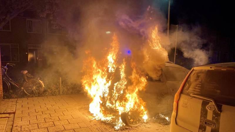 Twee auto's in brand op de Voornsestraat