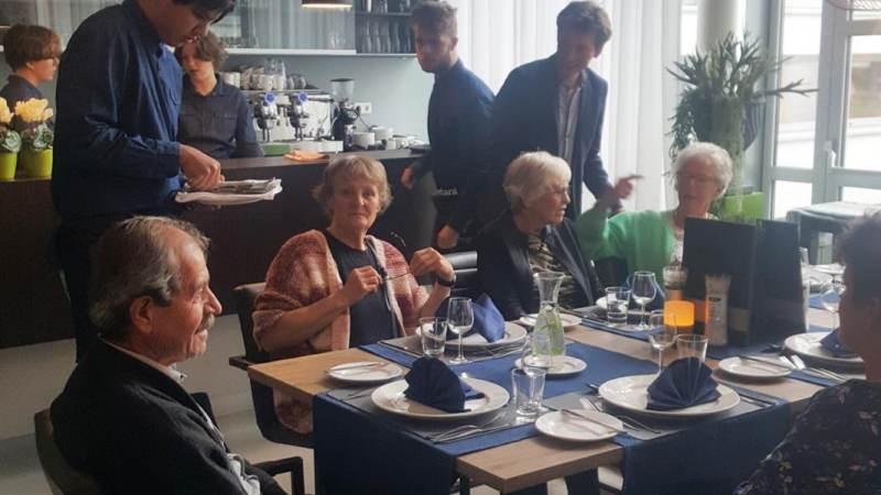 Leerlingen Maerlant koken eerste lunch voor inwoners